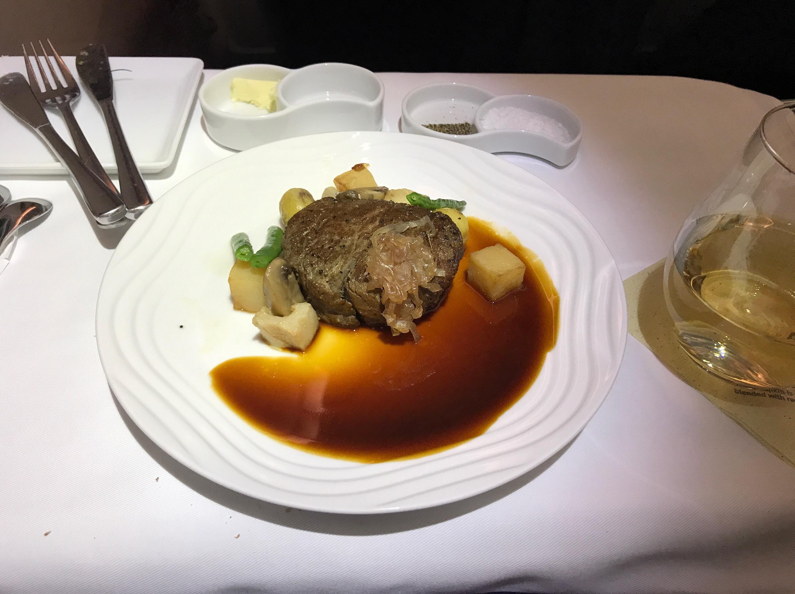 牛ヒレ肉のポワレ エシャロット風味 シェリービネガーソースで