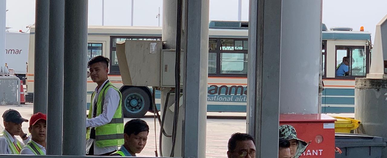 ヤンゴン空港で活躍する西武バス